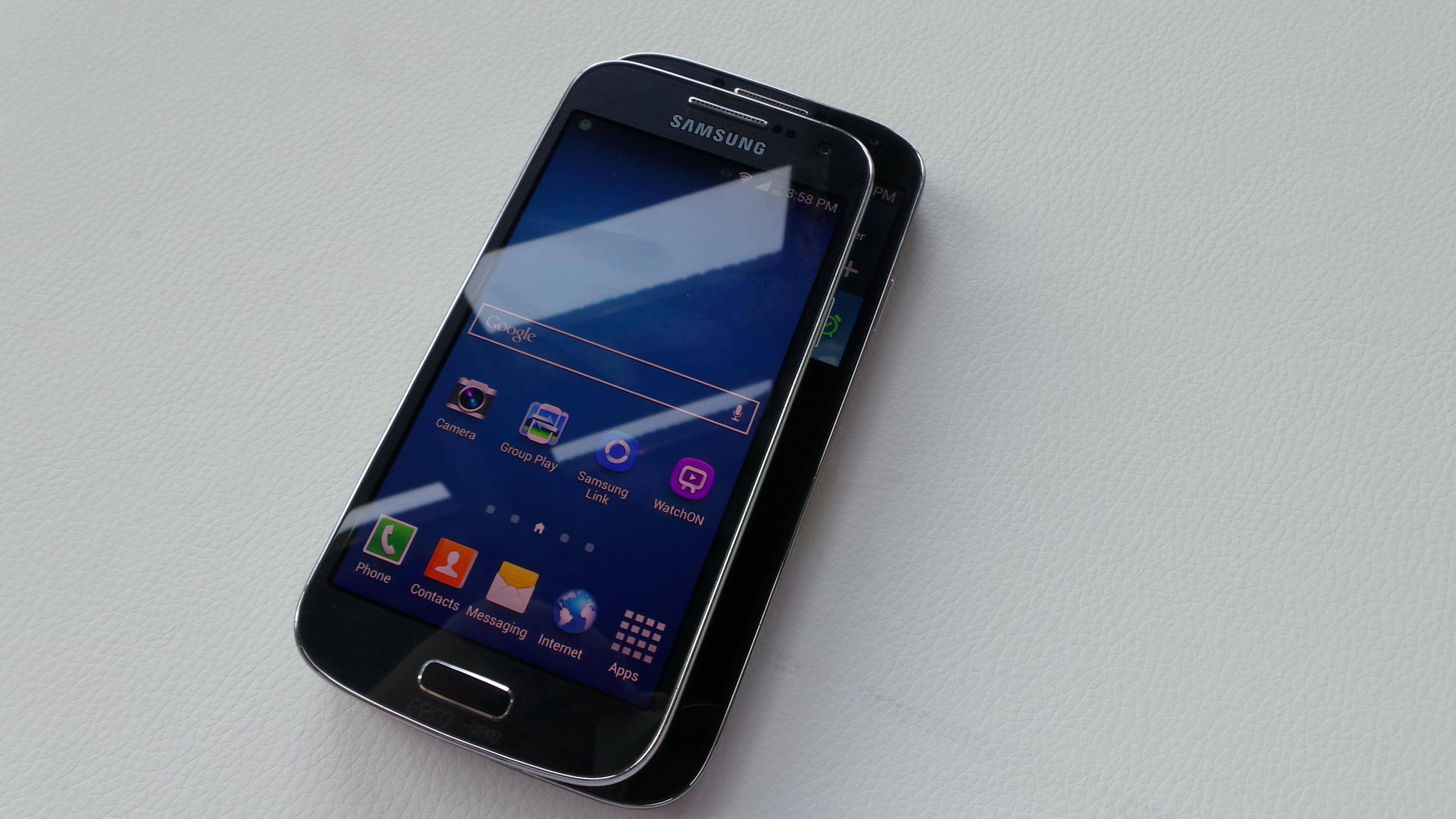 Samsung Galaxy S4 Vs Samsung Galaxy S4 Mini Hands