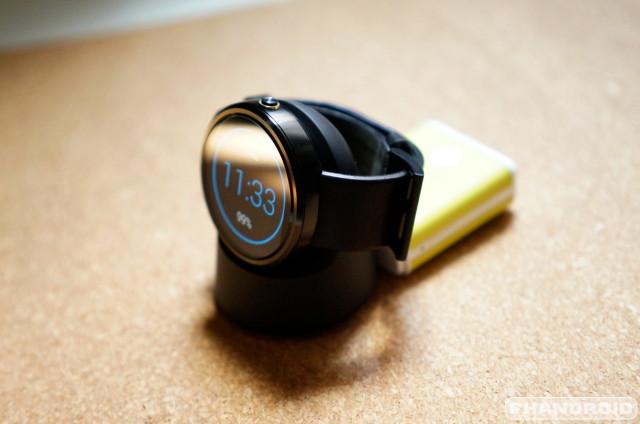 Moto 360 portable wireless charger  DSC06851
