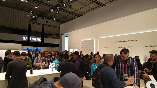 Galaxy-S6-vs-iPhone6-Photo1-LongText