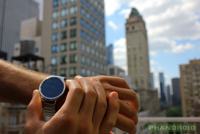Phandroid-Huawei-Watch-Outdoors-NYC-Crown-Position