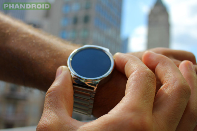Phandroid-Huawei-Watch-Outdoors-NYC-CrownPosition2